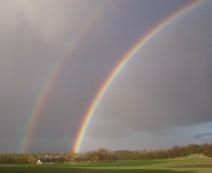 Ustadigt vejr giver regnbuer