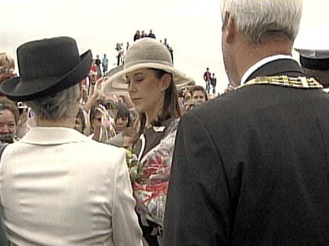 Frederik og Mary hilser på folk på Havnen i Odense
