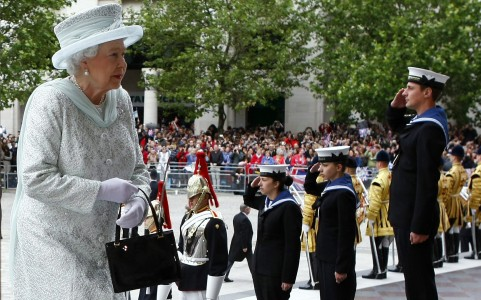 Britain's Queen Elizabeth arrives for a Diamond Jubilee service at St Paul's Cathedral in London, Dronning Elizabeth II