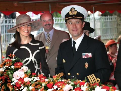 Frederik og Mary på Baden der sejler op ad Odense Å